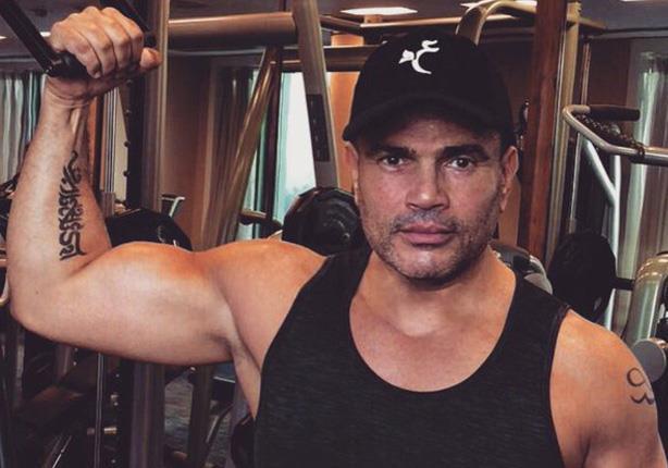 """بعد سخرية """"شيرين"""".. عمرو دياب يستعرض عضلاته لمعجبيه"""