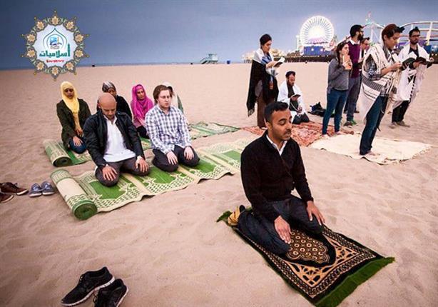 ما حكم إمامة المسافر للمقيم في صلاة الجمعة؟