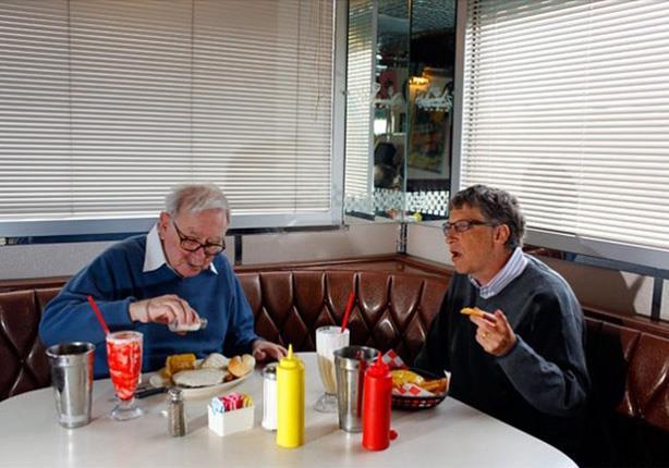 """ثالث أغنى رجال العالم يتناول غداءه بـ"""" الكوبونات المجانية"""""""