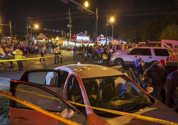 """بالفيديو والصور.. إصابة21شخصا بعد اقتحام شاحنة ميدانا في """"اورليانز"""" الأمريكية"""