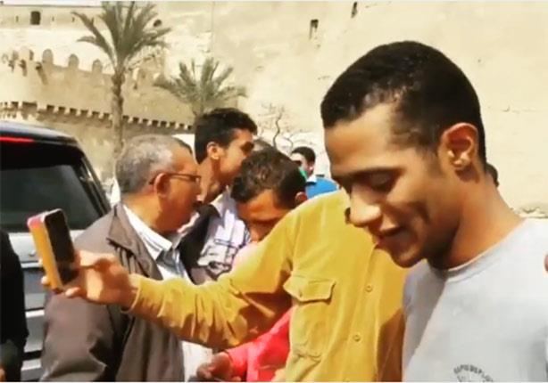 بالفيديو- أهالي  القلعة  يلتفون حول محمد رمضان بسبب  الكنز