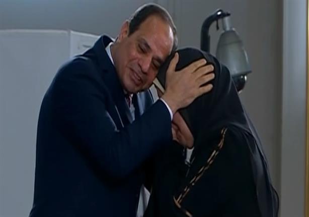 السيسي يبكي في حفل تكريم الأمهات المثاليات والقاعة تشتعل بالتصفيق