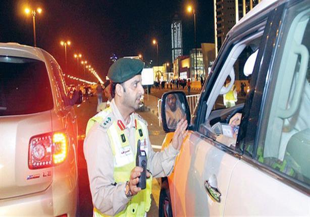الإمارات تغرِّم الجالس بجانب سائق السيارة أو خلفه دون