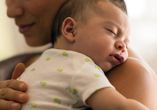 لماذا تحمل الأم طفلها على الجانب الأيسر؟