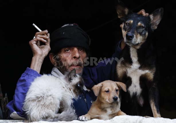 بالفيديو والصور.. حكاية رجل ستيني أنقذه الكلب من الموت