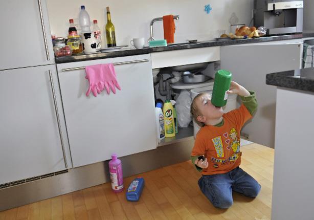 طفلك شرب كلور أو تناول أكل مسمم.. خطوات سريعة لإسعافه