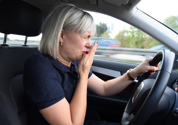 مخاطر نوبات العطس أثناء القيادة؟ وكيفية التغلب عليها