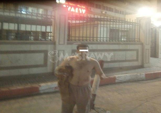شاب مبتور اليدين يخلع ملابسه أمام ديوان محافظة الغربية للمطالبة بوظيفة