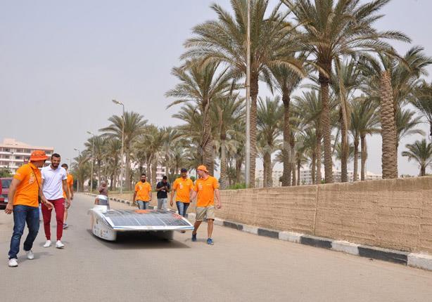 سيارة الطاقة الشمسية الفائزة في مسابقة الغردقة تجوب جامعة حلوان- صور