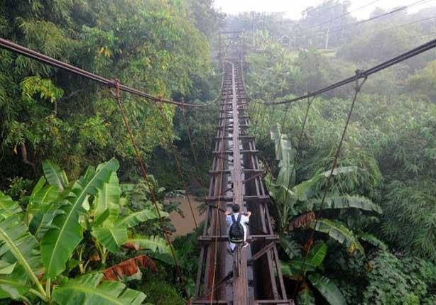 بالصور- أطفال إندونسيا يجتازون أخطر جسر في العالم يوميًا للذهاب إلى المدرسة