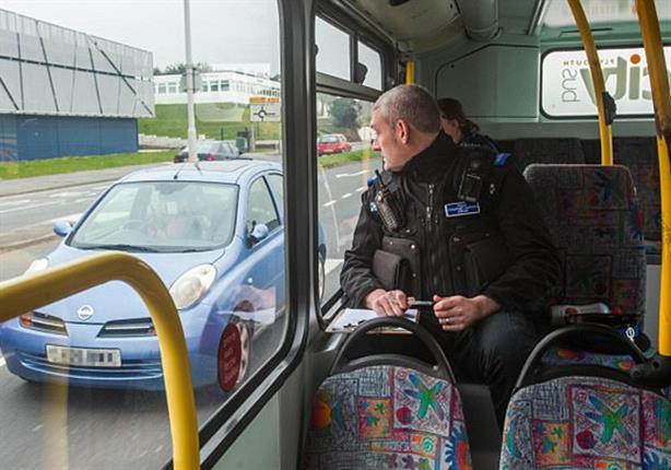 هكذا تقبض الشرطة البريطانية على مستخدمى الهواتف أثناء القيادة.. فيديو