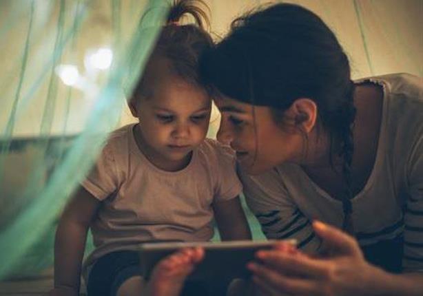 لهذا السبب.. ابعد شاشات اللمس عن طفلك عند النوم