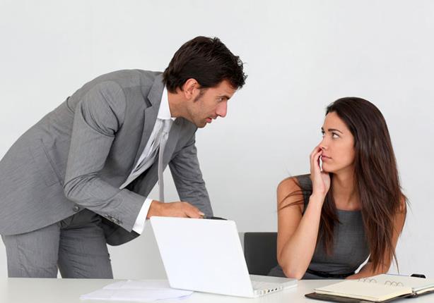 """6 نصائح للتعامل مع المدير """"البصباص"""""""