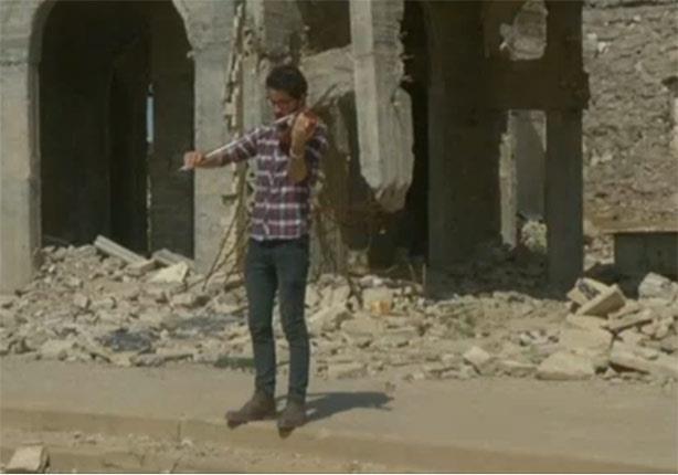 بالفيديو - كمان حزين يعزف حزنا على أطلال الموصل