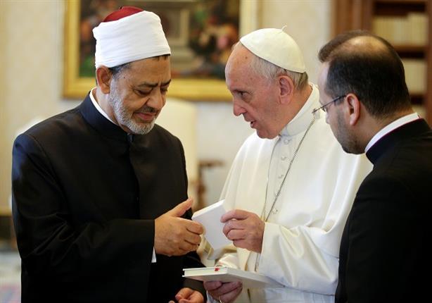 """كواليس لقاء فرنسيس والطيب.. البابا بدأ كلمته بـ""""السلام عليكم"""".. وفرنسية تستقبله بـ""""زغرودة"""""""