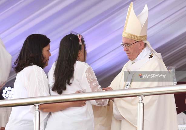 في قداس بابا الفاتيكان.. من هي الفتاة الكفيفة التي قابلته؟