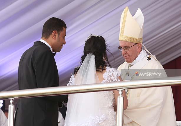 بعد لقاءهما بالبابا فرانسيس.. قصة العروسين
