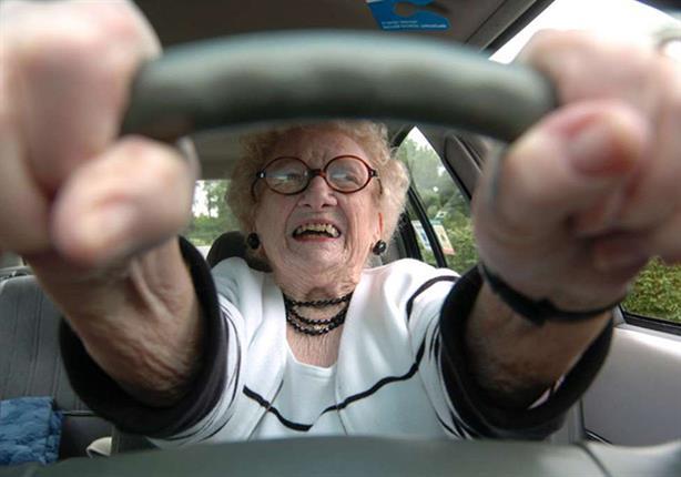 عجوز عمرها 79 عامًا تطوف العالم بسيارة موديل 1930