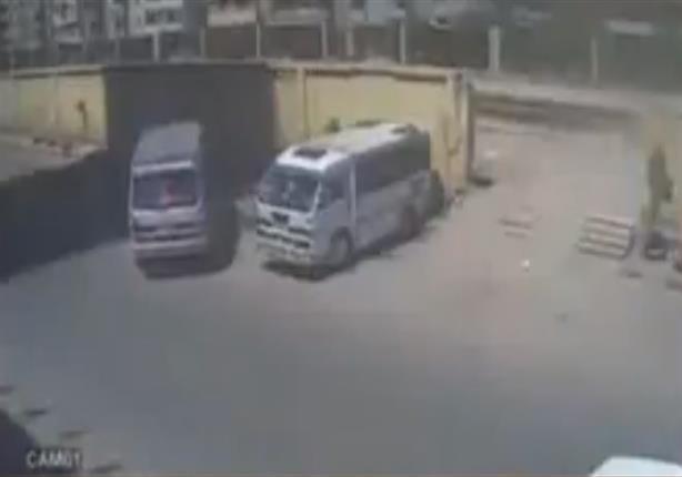 بالفيديو- سيارة تدهس شابًا في حادث مروع بالإسكندرية