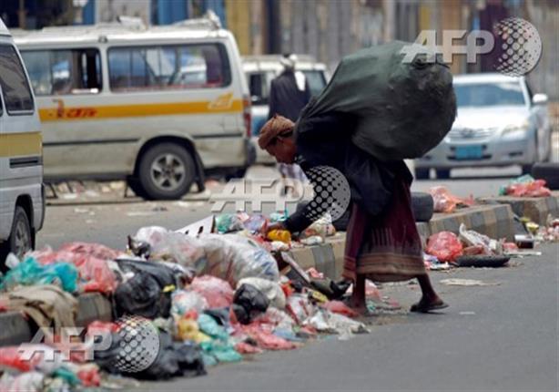 صورة وخبر: الفقر في اليمن إلى حد نبش القمامة