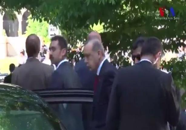 فيديو- أردوغان شاهد اعتداء حرسه على المحتجين ضده في واشنطن