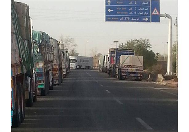 بالفيديو- سائقو النقل العالقون في أسوان يرسلون استغاثة إلى الحكومة عبر مصراوي