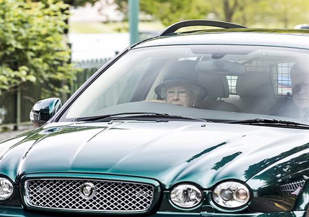 عدسة الكاميرا ترصد ملكة انجلترا أثناء قيادتها سيارة جاجوار..صور