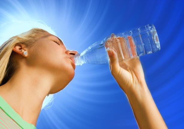 للتغلب على موجة الحر.. تناول هذه الكمية من المياه وتجنب تلك المشروبات