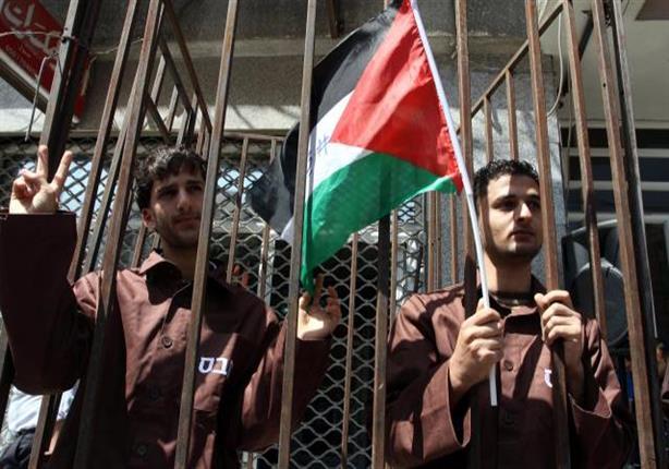 عيادة سجن إسرائيلي تعرض الطعام على الأسرى المضربين