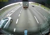 شاحنة تدفع سيارة أمامها لمسافة على أحد الطرق السريعة