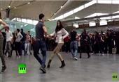 """فرقة راقصة تعرض """"فلاش موب"""" بمطار سان بطرسبورغ"""