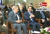 الرئيس السيسي يمزح مع رئيس الوزراء في ظل تصفيق الحضور