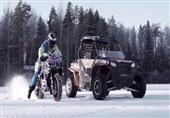 استعراض مذهل لدراجة نارية وعربة جليد على بحيرة مجمدة