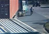 بالفيديو.. نجاة  صيني بعد مرور