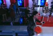 رامز جلال يقتحم استديو يحدث فى مصر بسبب فتاه ويهديها ورد على الهواء