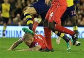 جيرو يُصيب سكرتل في رأسه بعد كرة مشتركة عنيفة