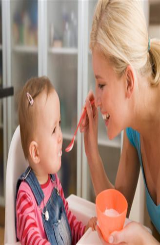 الاحتفاظ بأطعمة الأطفال في حالة ساخنة قد يضر طفلك