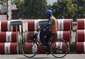النفط يتخلى عن مكاسبه متأثرًا بارتفاع الدولار
