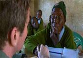 كينية في سن 90 تعود إلى المدرسة الابتدائية لتعلم القراءة
