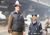أطول شرطي مرور في العالم ..هل يحد من حوادث الطرق؟ - فيديو وصور