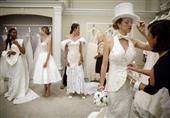 بالصور: المناديل الورقية تتحول إلى فساتين زفاف أنيقة.. شاهد