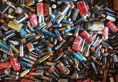 لهذه الأسباب.. تجنّب إلقاء البطاريات القديمة في سلة القمامة بالمنزل!