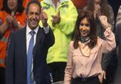 رئيسة الأرجنتين تتخلى عن وقار الرؤساء.. وترقص فرحاً