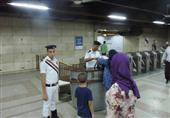 شرطة المترو تُعيد طفل لأسرته ضل طريقه داخل محطة الشهداء