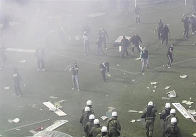 أسبوع ساخن في اليونان.. إنذار بوجود قنبلة في اتحاد الكرة بعد اشتباكات قمة الدوري (فيديو)