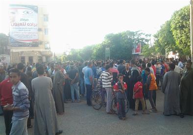 متظاهرون يقطعون شارع بالأقصر احتجاجًا على وفاة مواطن داخل قسم شرطة - (صور)