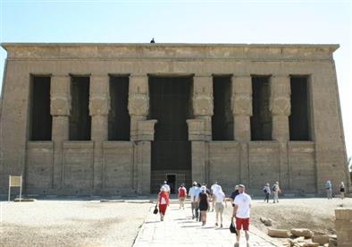 محافظ قنا يتفقد معبد دندرة السياحي
