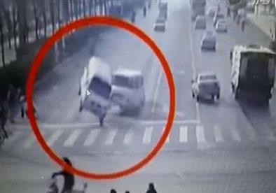 فيديو وصور- لحظة غريبة.. 3 سيارات صينية تطير فجأة في مفترق طرق
