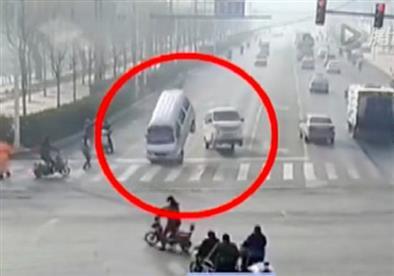 بالفيديو.. تفسيرات حادث السيارات الطائرة في الصين يحيِّر العالم!