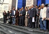 بالصور- ضياء رشوان يتوعد للصحفيين المحرضين عقب وقفة صامتة على سلالم النقابة